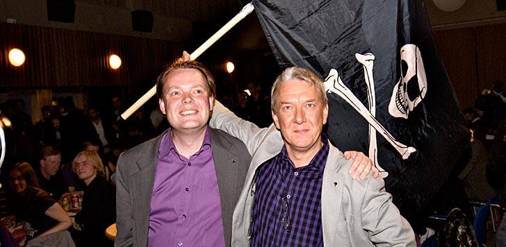 Piratpartiets ordförande Rick Falkvinge tillsammans med EU-parlamentarikern Christian Engström (bilden är beskuren). Foto: Tobias Björkgren/flickr