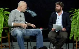 "Bruce Willis på besök hos Zach Galifianakis i ""Between to ferns"". Bild från video"