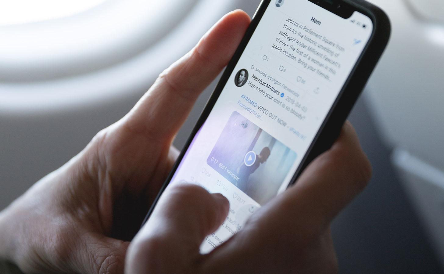 Twitter-flöde på en iPhone. Foto: Marten Bjork / Unsplash
